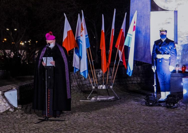 Bp Wiesław Szlachetka przemawiający na obchodach 50. rocznicy Grudnia '70 w Gdyni P. Duda: