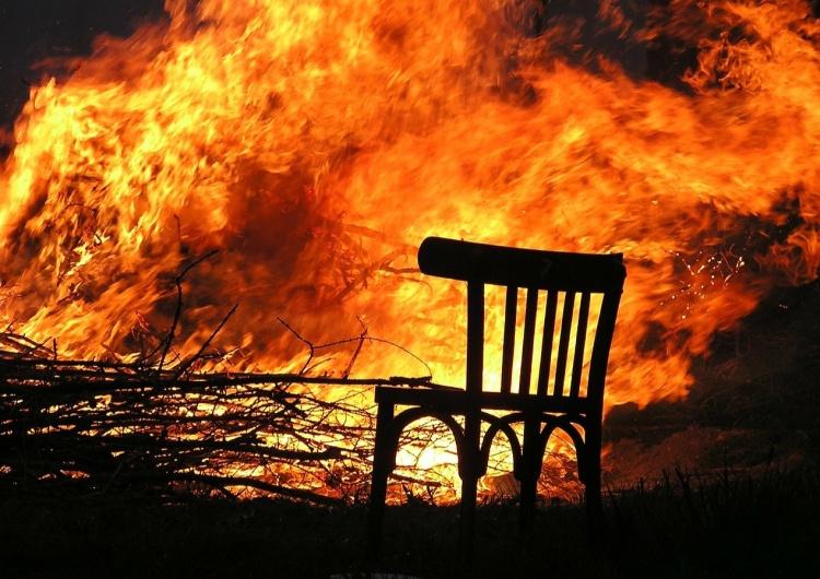 ogień [Tylko u nas] Cezary Krysztopa: Taniec lekkich goryli wokół stosu prezydenta Donalda Trumpa