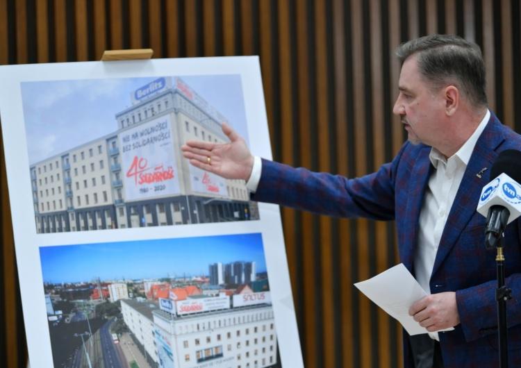 Piotr Duda pokazuje zdjęcia banerów Solidarności na budynku Komisji Krajowej [Tylko u nas] Konrad Wernicki: Sól w oku liberałów