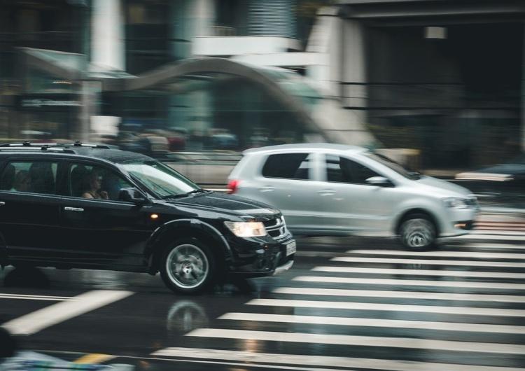 Pieszy z pierwszeństwem przy wchodzeniu na pasy, zakaz korzystania z telefonu podczas przechodzenia przez jezdnię. Prezydent podpisał ustawę