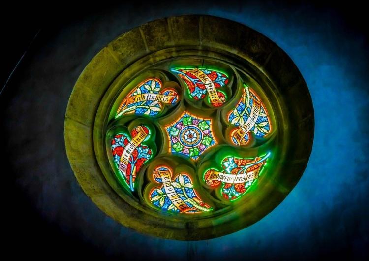 witraż rozety kościoła w Bratysławie [Wywiad] Ks. dr Janusz Chyła: Kościół nie jest od tego żeby dostarczać rozrywki