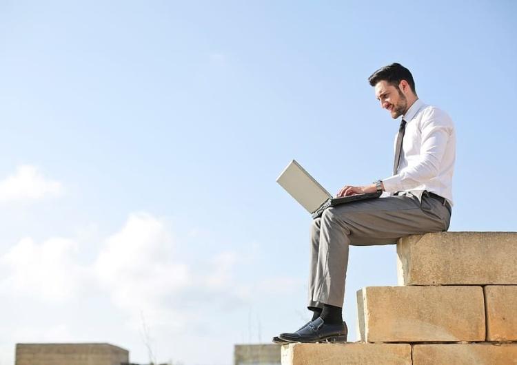 W jaki sposób pracownik może zwolnić się z pracy?