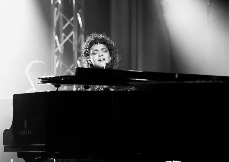 Norah Jones Norah Jones z pierwszym w karierze albumem koncertowym