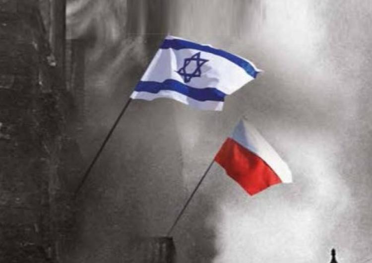 Polska i izraelska flaga nad murami getta Warszawskiego (w rzeczywistości flaga była biało-niebieska) [Tylko u nas]