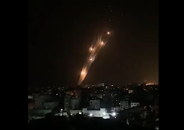 atak rakietowy ze Strefy Gazy na Izrael [video] Tak wyglądał atak rakietowy na Izrael ze Strefy Gazy. A tak kontratak izraelskiej obrony przeciwrakietowej