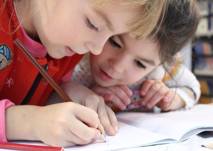 """""""Allgemeine Zeitung"""": Dzieci nie zakażają się koronawirusem w szkołach"""