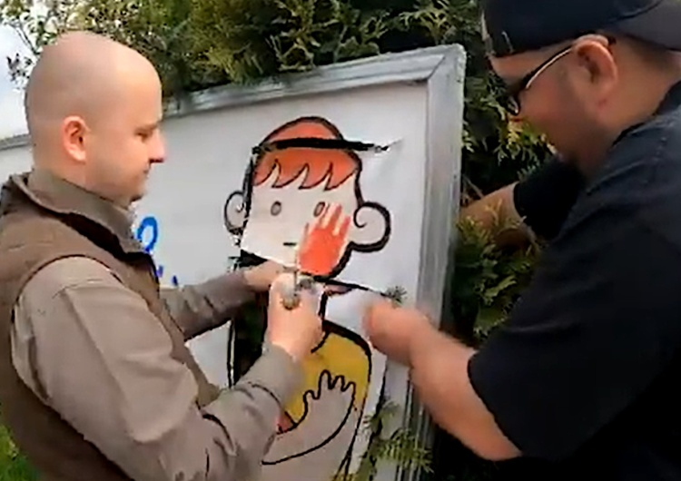 Dariusz Matecki naprawia plakat LGBT [video] Dariusz Matecki naprawia baner... organizacji LGBT. Zobacz o co chodzi