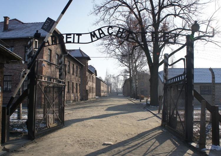 Brama Auschwitz Za miesiąc rocznica Pierwszego Transportu [Polaków] do Auschwitz. Nie wolno zapomnieć. Trzeba dać świadectwo