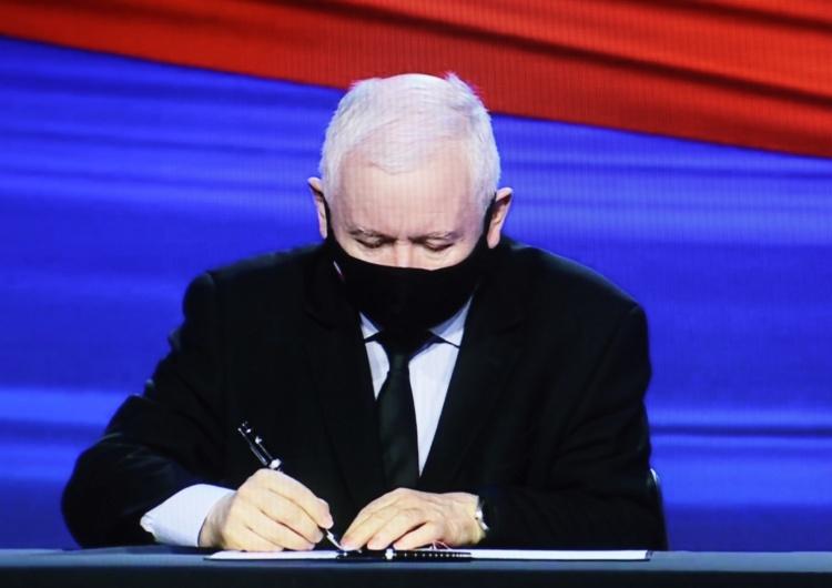 Jarosław Kaczyński podpisuje