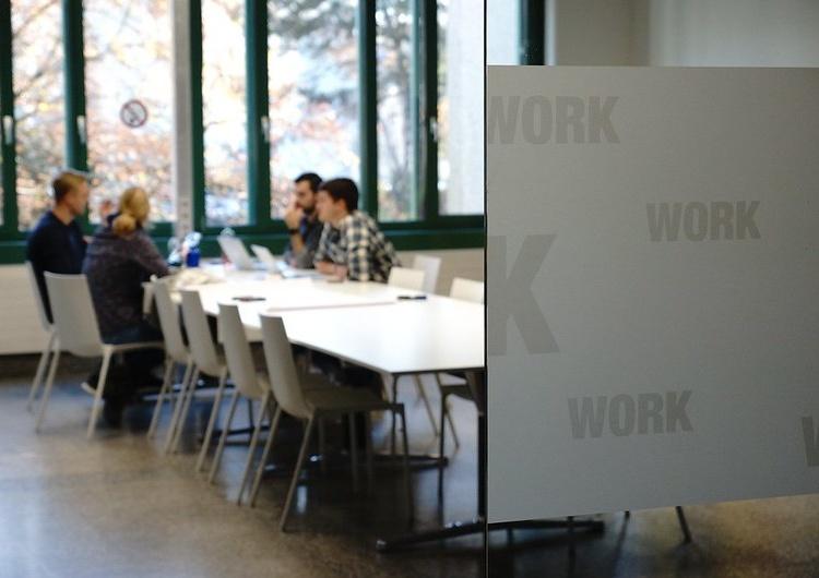 Pracownicy w biurze, zdjęcie ilustracyjne Mamy jeden z najwyższych wskaźników zatrudnienia obywateli spoza UE. Nowe dane