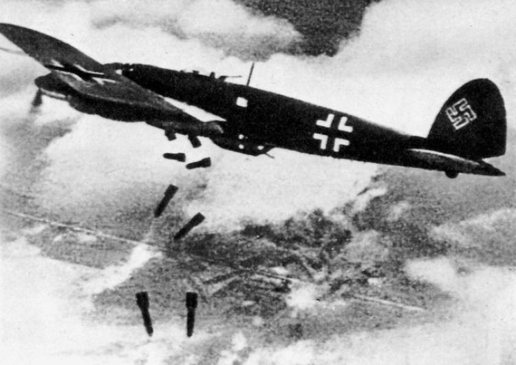 Niemiecki Heinkel He 111 zrzuca bomby na Warszawę J. Kowalski dla