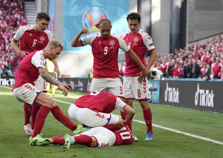 Duńscy piłkarze podbiegają do leżącego na ziemi Christiana Eriksena Holandia. Były trener o Eriksenie:
