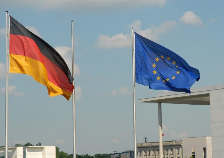 Flaga Niemiec i flaga Unii Europejskiej, zdjęcie ilustracyjne Były szef niemieckiego TK stawia mocne zarzuty. Rośnie sprzeciw wobec federalizacji UE?