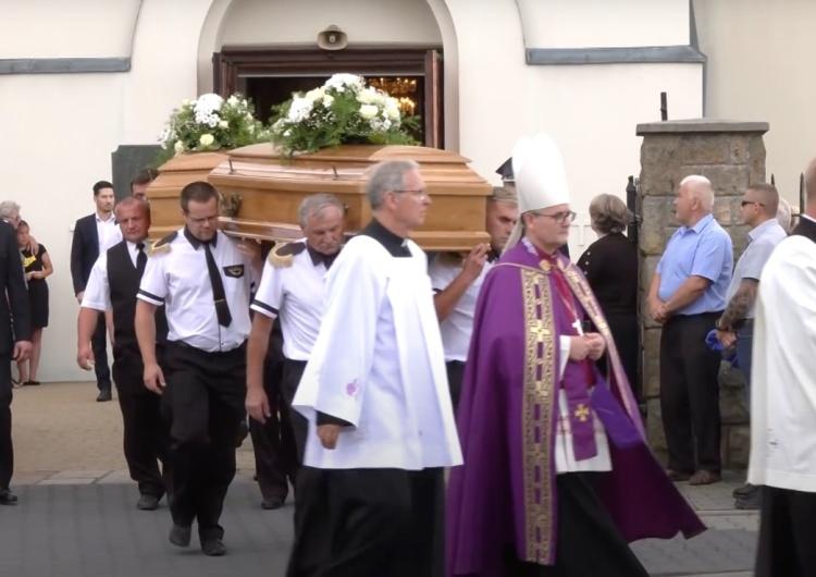 """Pogrzeb rodziny zastrzelonej w Borowcach. Ocalały 13-letni Gianni pożegnał bliskich. """"Wierzymy, że oni są wybrańcami Boga"""" [WIDEO]"""