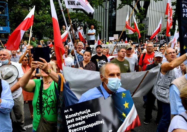 """""""Tu jest Polska, nie Bruksela"""". Tłumy na manifestacji przed siedzibą Trybunału Konstytucyjnego [WIDEO, FOTO]"""