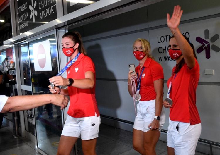 Tokio 2020. Srebrne wioślarki już w Polsce. Przywitały je setki kibiców