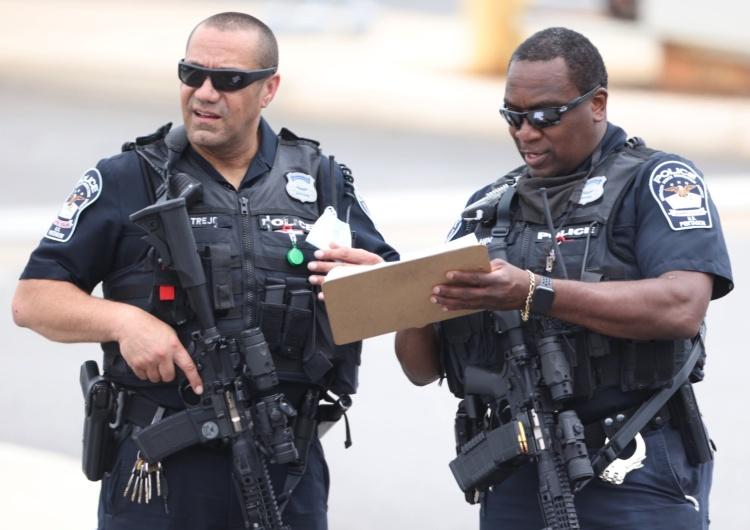 Policja i urzędnicy pracują na miejscu strzelaniny na dworcu autobusowym metra przed Pentagonem w Arlington w stanie Wirginia, USA, 3 sierpnia 2021 r. Wiele osób zostało rannych podczas strzelaniny, która spowodowała zamknięcie Pentagonu USA: Nieznani sprawcy otworzyli ogień przed Pentagonem. Zamknięto gmach ministerstwa