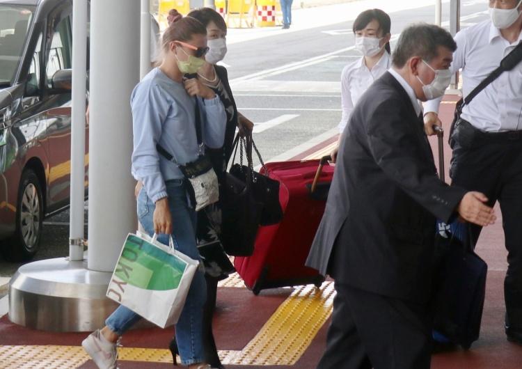 Białoruska lekkoatletka Kryscina Cimanouska wchodzi na do portu lotniczego Narita (Tokio). Media: Cimanouska nie przyleci do Polski. Lekkoatletka uda się do innego państwa