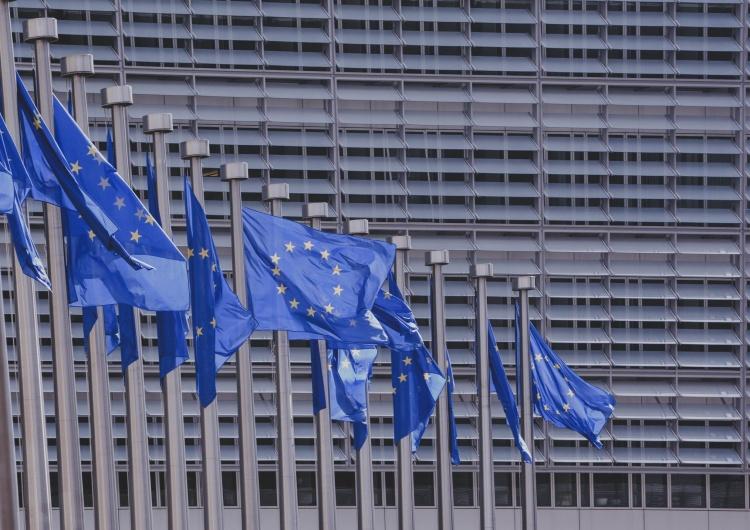 Flagi Unii Europejskiej, zdjęcie ilustracyjne Polska powinna słuchać Brukseli ws. sądownictwa? Zaskakując wynik sondażu