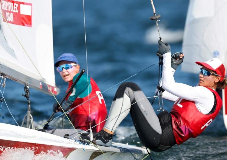 Agnieszka Skrzypulec i Jolanta Ogar-Hill zdobyły srebrny medal igrzysk olimpijskich w Tokio w żeglarskiej klasie 470. Kolejny medal dla Polski! Żeglarki zdobyły srebro