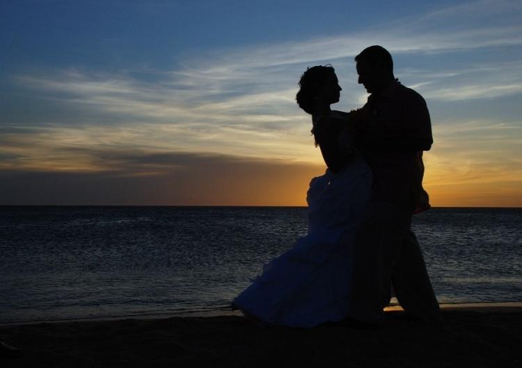 Znana dziennikarka TVP wyszła za znanego dziennikarza TVP. Ślub odbył się... na plaży