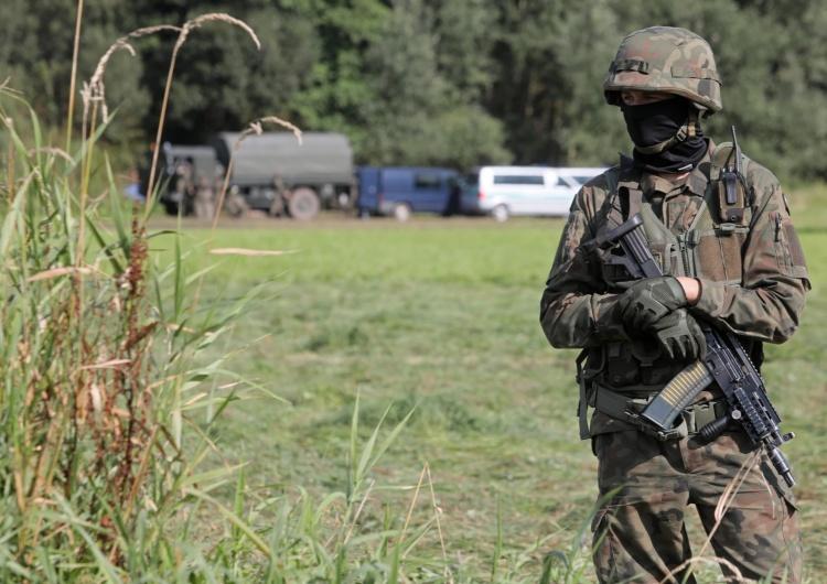 Straż Graniczna i wojsko w pobliżu miejscowości Usnarz Górny. Prezydenci Polski, Litwy, Łotwy, Estonii: Potępiamy ataki hybrydowe na wschodniej granicy UE i NATO