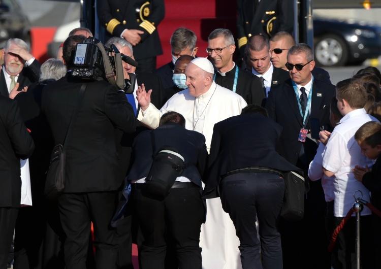 Papież Franiszek W drodze do Budapesztu Papież ucałował zdjęcie prymasa Wyszyńskiego