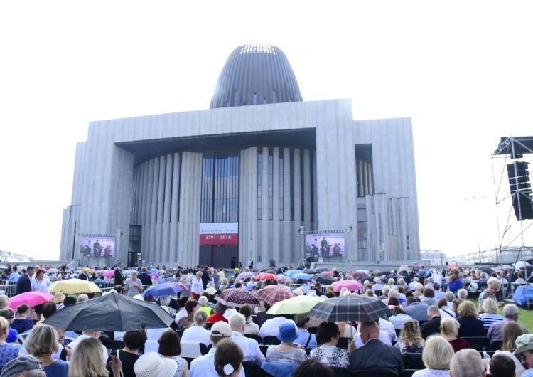 Świątynia Opatrzności Bożej Plac przed Świątynią Opatrzności Bożej jest już niemal w pełni wypełniony wiernymi