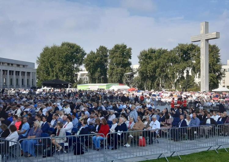 Tłumy osób przed Świątynią Opatrzności Bożej w Warszawie [foto] Warszawa w oczekiwaniu na beatyfikację: