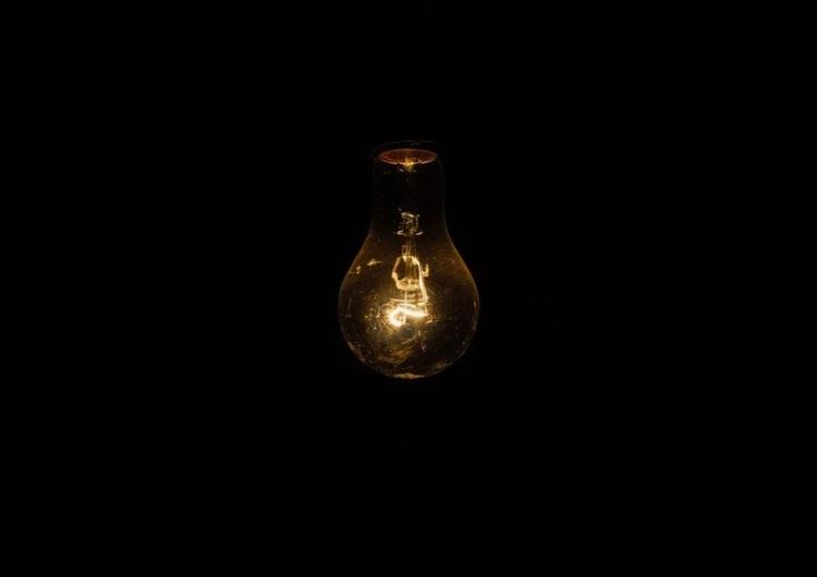 żarówka FAZ alarmuje: Energiewende. Przerwy w dostawie prądu stają się poważnym zagrożeniem