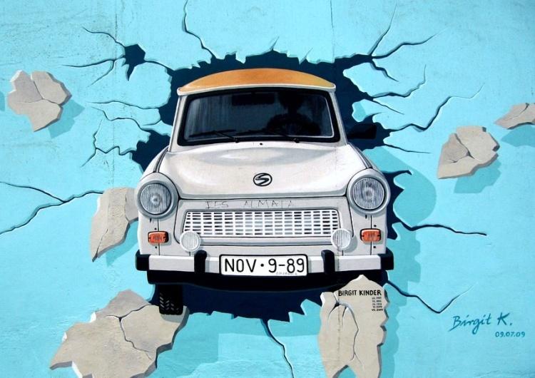 grafitti na fragmencie Muru Berlińskiego [Tylko u nas] Waldemar Krysiak: Powrót socjalizmu, imigranci i LGBT – Niemcy się kończą