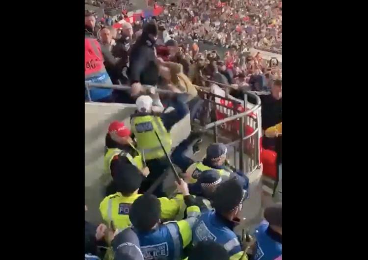 """Szokujące sceny na Wembley. """"Policjanci w pełnym odwrocie"""" [WIDEO]"""