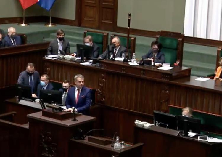 """Gawkowski zażądał od posłów… """"odśpiewania hymnu UE"""". Takiej odpowiedzi marszałek Sejmu się nie spodziewał! [WIDEO]"""