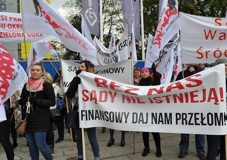 Pracownicy sądów pikietowali przed Sejmem. Walczą o zwiększenie wynagrodzenia