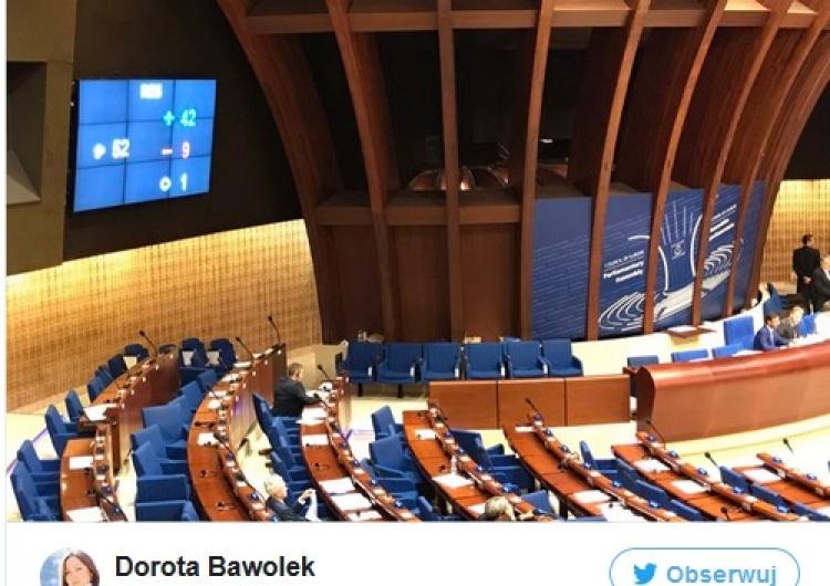 """zrzut ekranu Rada Europy przyjęła rezolucję o praworządności w Polsce. """"Za"""" PO i Nowoczesna"""