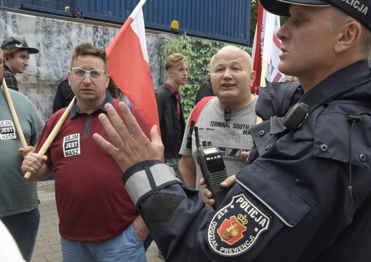 """Tomasz Gutry [Nasza fotorelacja] """"Obrońcy demokracji"""" pod Sejmem"""