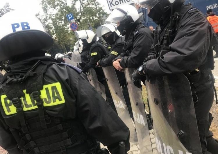 Policjanci zatrzymali pseudokibiców, którzy wtargnęli na murawę w czasie meczu