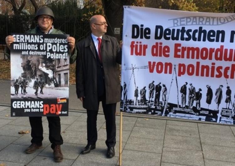"[Foto] Merkel w Warszawie. Pikieta pod KPRM: ""Reparationen jetzt!"""