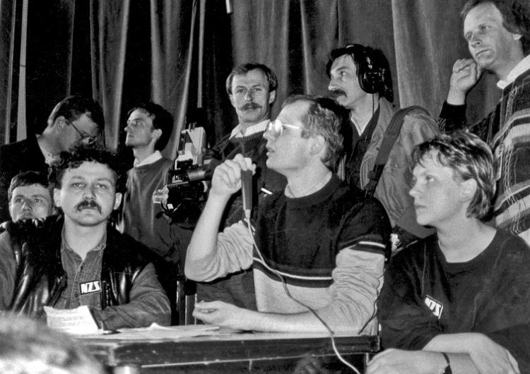 """Paweł Adamowicz (z mikrofonem) strajk na UG 1988 r. Marek Lewandowski kreśli sylwetkę Pawła Adamowicza """"Wróżyli mu karierę prawnika"""""""
