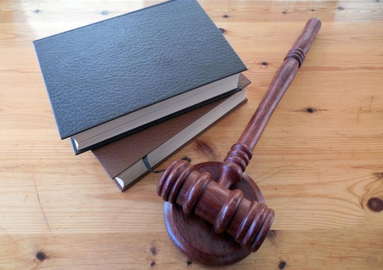 Prawy Sierpowy: Trędowate pałace sprawiedliwości