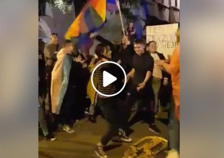 [video] Rocznica wyboru JPII na papieża. Środowiska LGBT urządzają sobie pod Oknem Papieskim dzikie wycia