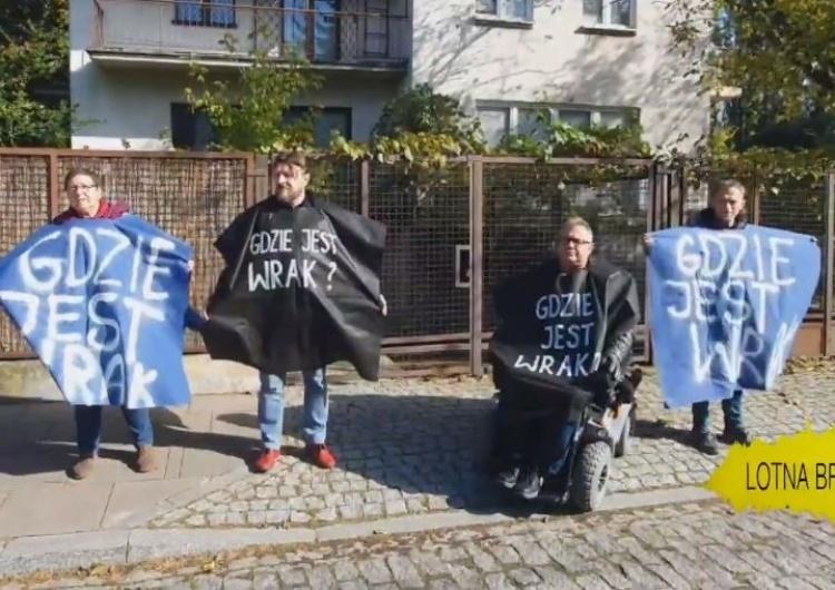 """[video] Odrażające. """"Obrońcy demokracji"""" pod domem brata tragicznie zmarłego L.Kaczyńskiego: """"Gdzie wrak"""""""