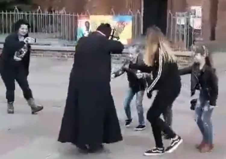 """[video] Odrażająca prowokacja. Dzieci """"przepędzają"""" wicenaczelnego NIE przebranego za księdza"""