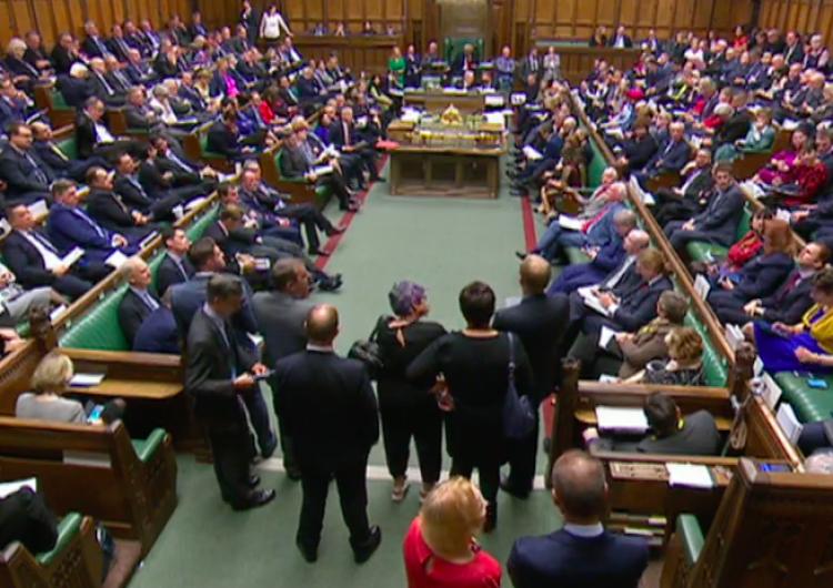 """""""Nasi wyborcy oczekują, że zrobimy to dzisiaj"""". Ważne posiedzenie brytyjskiego parlamentu"""