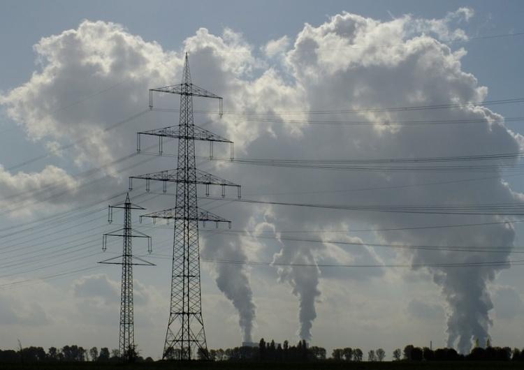 Wicepremier Morawiecki chce walczyć ze smogiem. Proponuje tańszy prąd oraz badanie spalin w samochodach