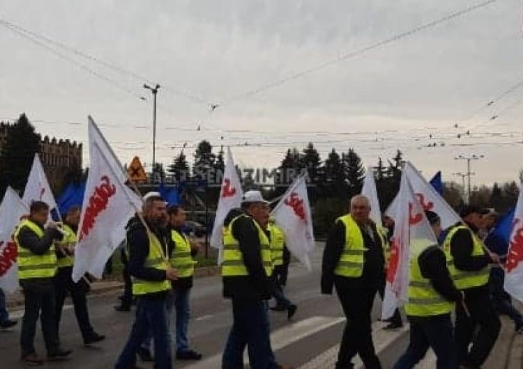 """""""Teraz Kraków, a potem Dąbrowa, Sosnowiec..."""". Pod Hutą trwa protest przeciwko wygaszaniu Wielkiego Pieca"""