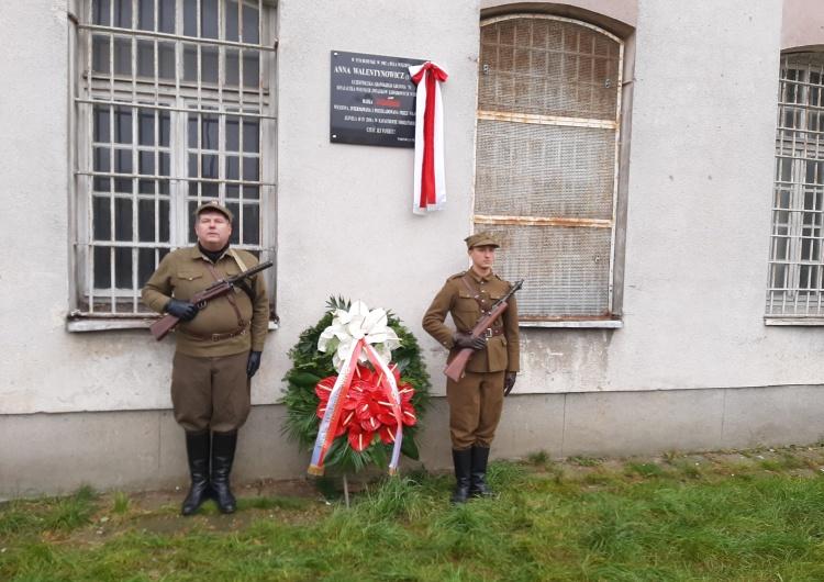 W obecności premiera Morawieckiego na Rakowieckiej odsłonięto tablicę poświęconą Annie Walentynowicz