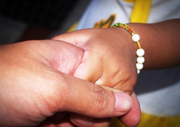 Odmawianie rodzicom prawa do towarzyszenia dziecku w szpitalu niezgodne z przepisami