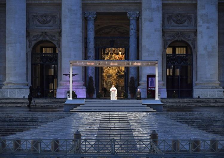 """""""Te zdjęcia przejdą do historii"""". Papież Franciszek modlił sięna pustym placu św. Piotra"""