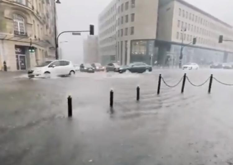 Podtopienia ulic, paraliż komunikacji. Zła sytuacja Warszawy po dzisiejszych ulewach...